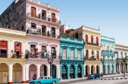 Cómo disfrutar de Cuba gastando poco Cómo disfrutar de Cuba gastando poco es posible. Desde hace un par de años la isla del Caribe ha abierto sus puertas y albergando desfiles de moda de Chanel en sus calles y sirviendo como escenario de la enésima película de A todo gas, se está convirtiendo en un lugar turístico relevante. Cómo disfrutar de Cuba gastando poco Desde consejos obvios y comprobados, como comer en lugares al menos a tres cuadras de sitios turísticos populares, hasta consejos poco conocidos que solo conocen los lugareños, así es cómo disfrutar de Cuba gastando poco. LEER TAMBIÉN - Cómo ahorrar dinero en tu alojamiento en Cuba Las casas particulares son las casas de cubanos locales que alquilan habitaciones a los visitantes como un B&B. Puedes alquilar una habitación en una casa privada por un promedio de 30CUC por noche. La mejor parte de quedarse con una familia cubana es que puedes tener una experiencia auténticamente cubana. Comes con ellos, pasas el rato en tu sala de estar, juegas con sus hijos o mascotas. Te tratan como a uno de la familia mientras estás allí. Eso es mucho más gratificante que alojarse en un hotel estéril. De lo contrario, los albergues serán tu mejor opción para ahorrar dinero. Algunos de los mejores albergues de La Habana incluyen los siguientes: 1.Cuba 58 Hostel 2.Casa René y Madelyn 3.Hostal DRobles 4.Casa Novo Guest House 5.Hostal Corazón del Mundo 6.Casa Zeila Los mejores lugares para comer en Cuba sin gastar mucho dinero Los mejores lugares para comer en Cuba son los paladares. Estos son restaurantes de propiedad privada. Hay todo tipo de paladares, desde establecimientos de alta gama en mansiones renovadas hasta puestos con agujeros en la pared. Los platos tradicionales que encontrarás en paladares incluyen arroz con pollo, ropa vieja (carne deshebrada) y lechón (cerdo asado). Las bebidas típicas incluyen el clásico mojito, daiquiri y Cuba Libre. Los jugos de frutas también están disponibles. Las cervezas locales, Bucanero