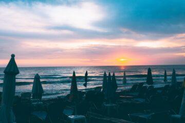 Las islas griegas para visitar en familia se sienten como un soplo de aire fresco de muchas maneras. La vida junto a estos mares es lenta e indulgente