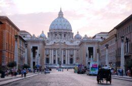 pero miles de visitantes pasan por sus puertas todos los días, lo que debería ser una pista de que hay muchas cosas para hacer en Ciudad del Vaticano